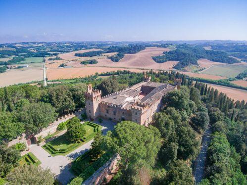 Castello---castello---Antico maniero del XV secolo, uno dei castelli più belli della Toscana .